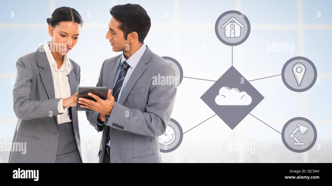 Image composite des gens d'affaires de discuter sur tablette numérique Banque D'Images
