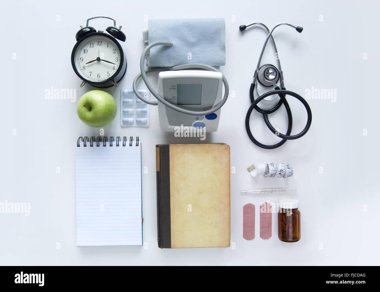 Objets médicaux disposés sur un tableau blanc Banque D'Images