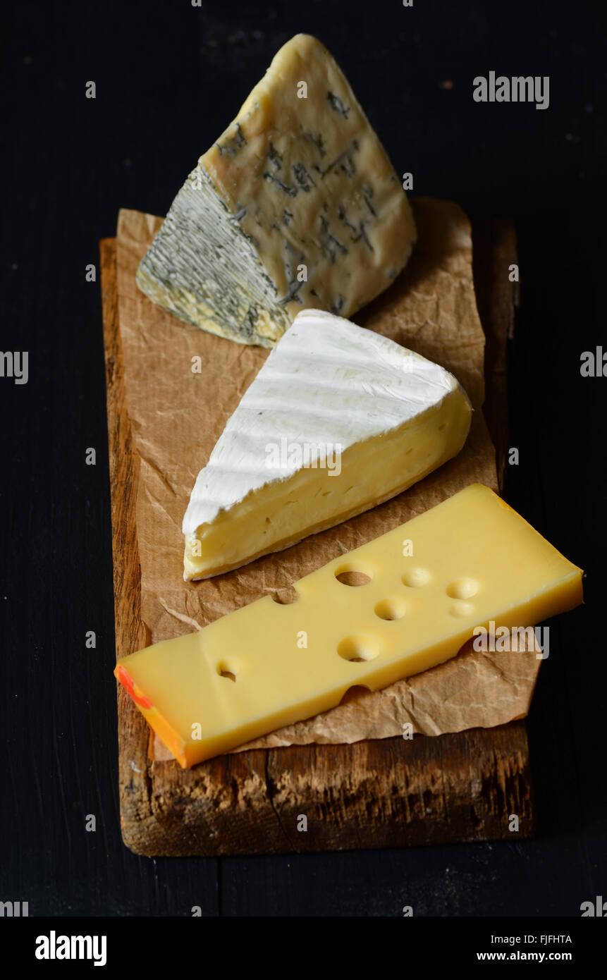 Différentes sortes de fromages: brie, emmental, fromage bleu Banque D'Images