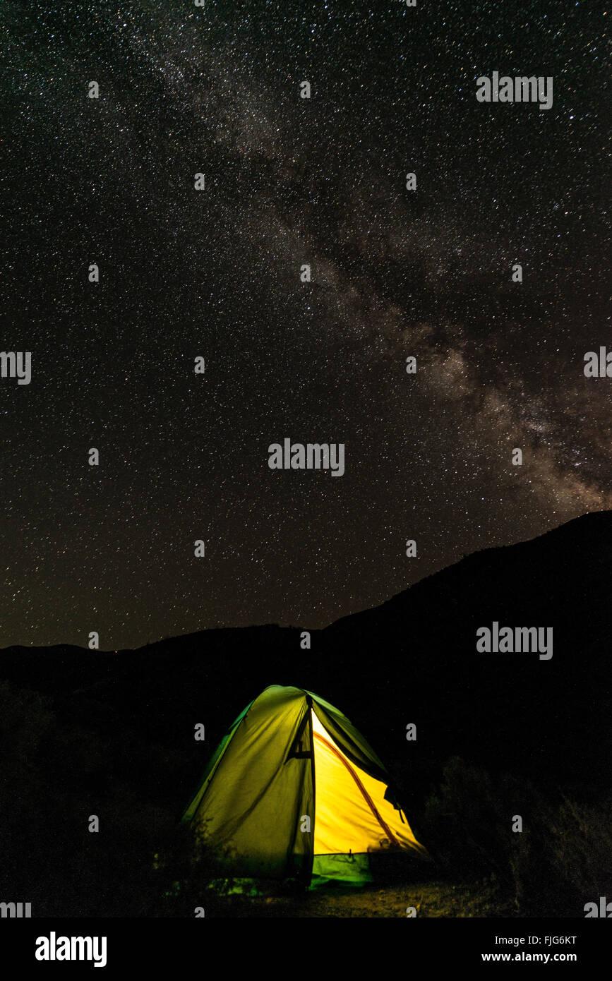 Tente sur un camping avec un ciel étoilé au-dessus et Milky Way, scène de nuit, Camping Wildrose, Photo Stock