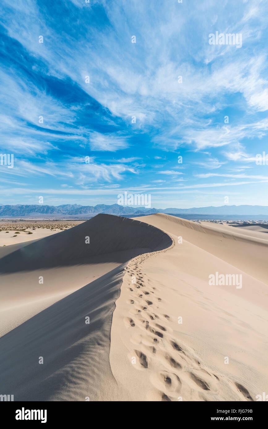 Mesquite Flat dunes de sable, les dunes de sable, les contreforts de l'Amargosa Range derrière, la vallée de la mort Banque D'Images