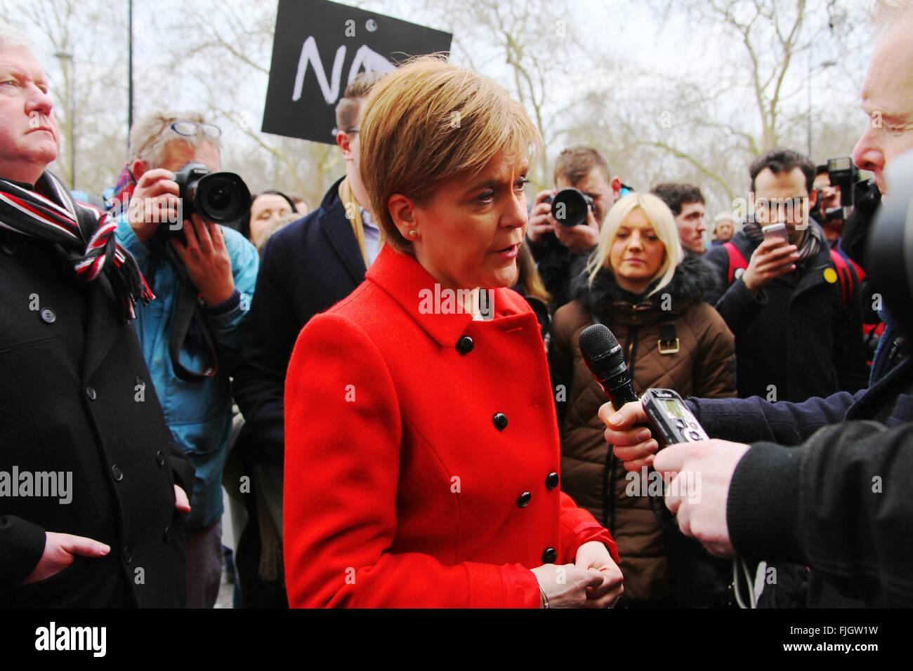 Londres, Royaume-Uni. 27 Février, 2016. Chef du Parti national écossais Nicola Sturgeon est interviewé Photo Stock