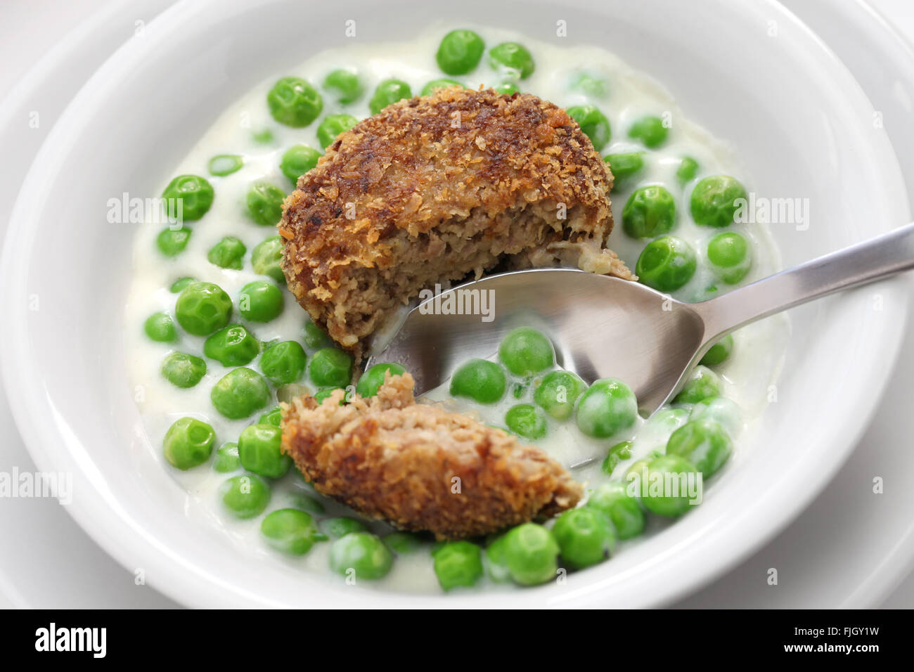 Pois vert fozelek (épais) ragoût de légumes et frites (fasirt meatball), cuisine hongroise Banque D'Images
