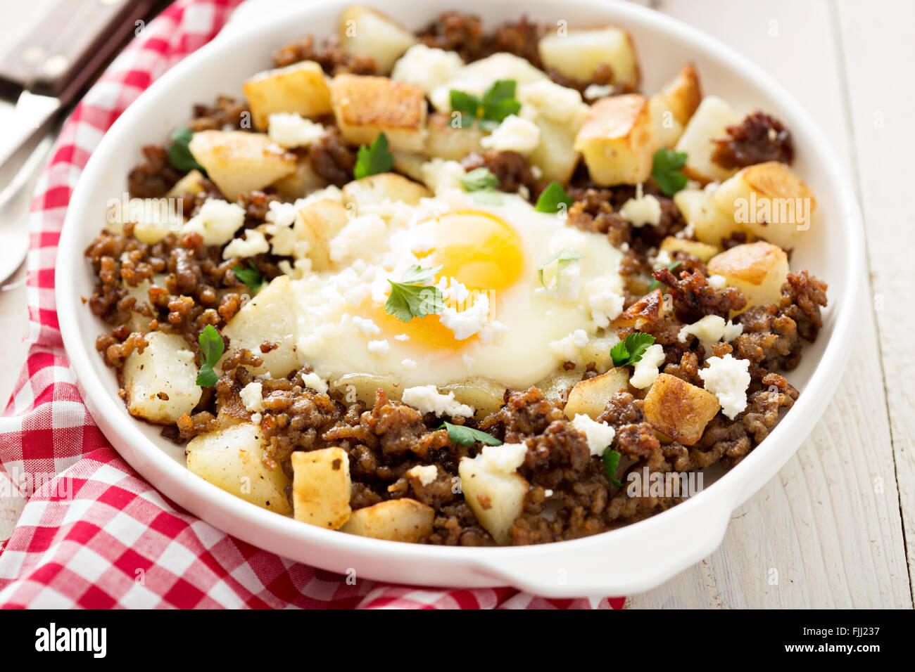 Hachage de pommes de terre avec de la saucisse et œuf frit Photo Stock