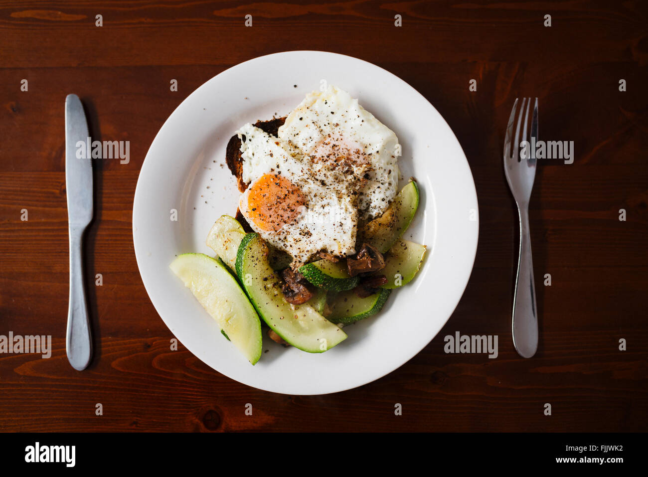 Petit déjeuner sain, œufs et courgette Banque D'Images