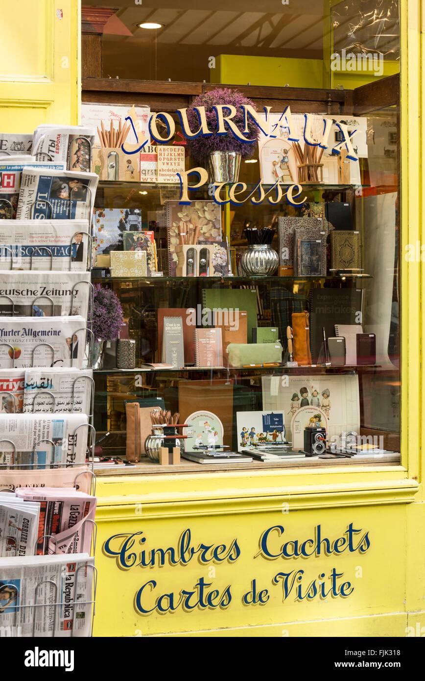Des journaux internationaux, les produits de papier et articles-cadeaux sur l'affichage dans la papeterie vitrine, Photo Stock