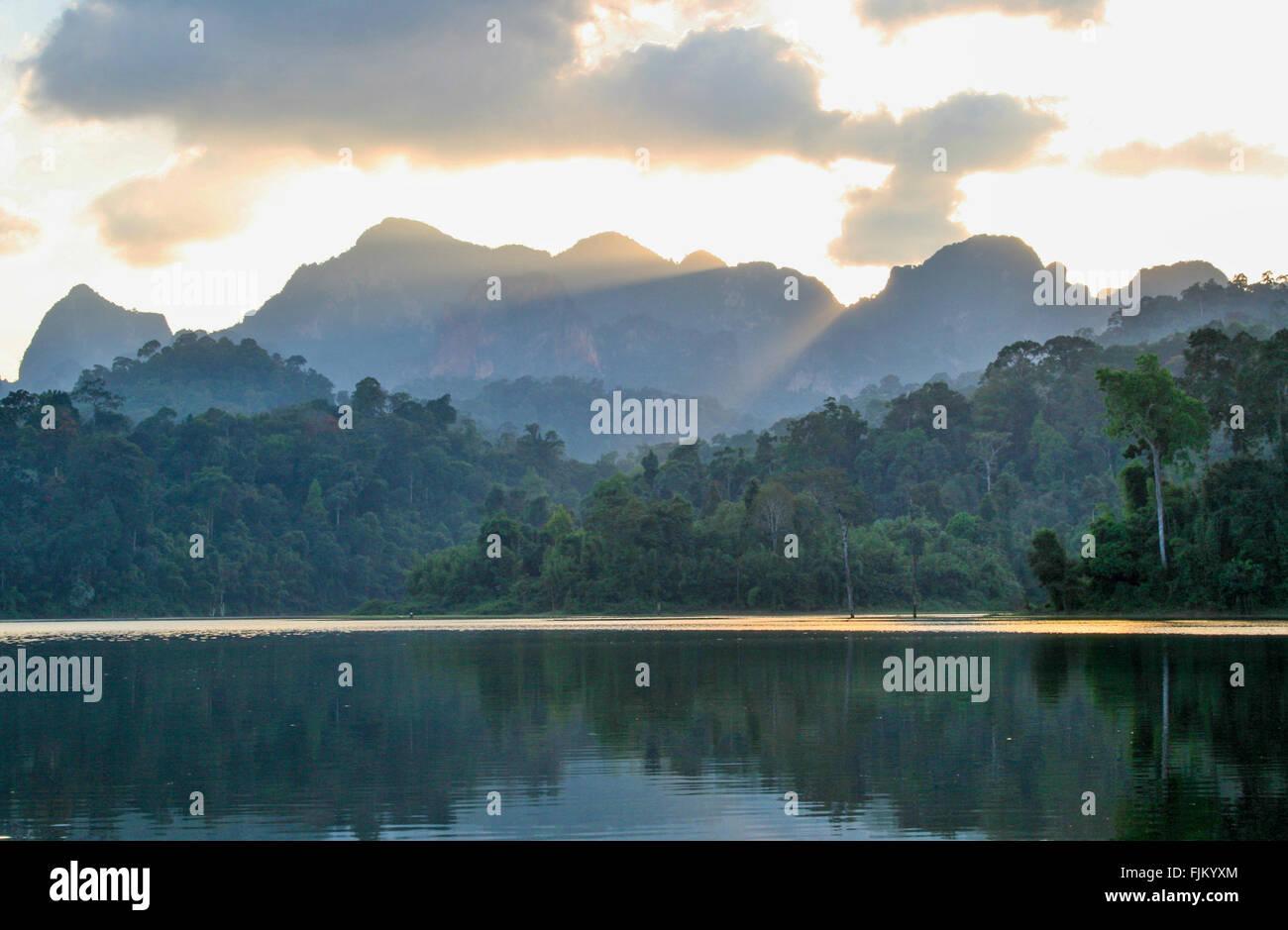 Coucher de soleil sur la montagne au lac Cheow Larn, Camp de Rainforest, Elephant Hills, parc national de Khao Sok, Photo Stock