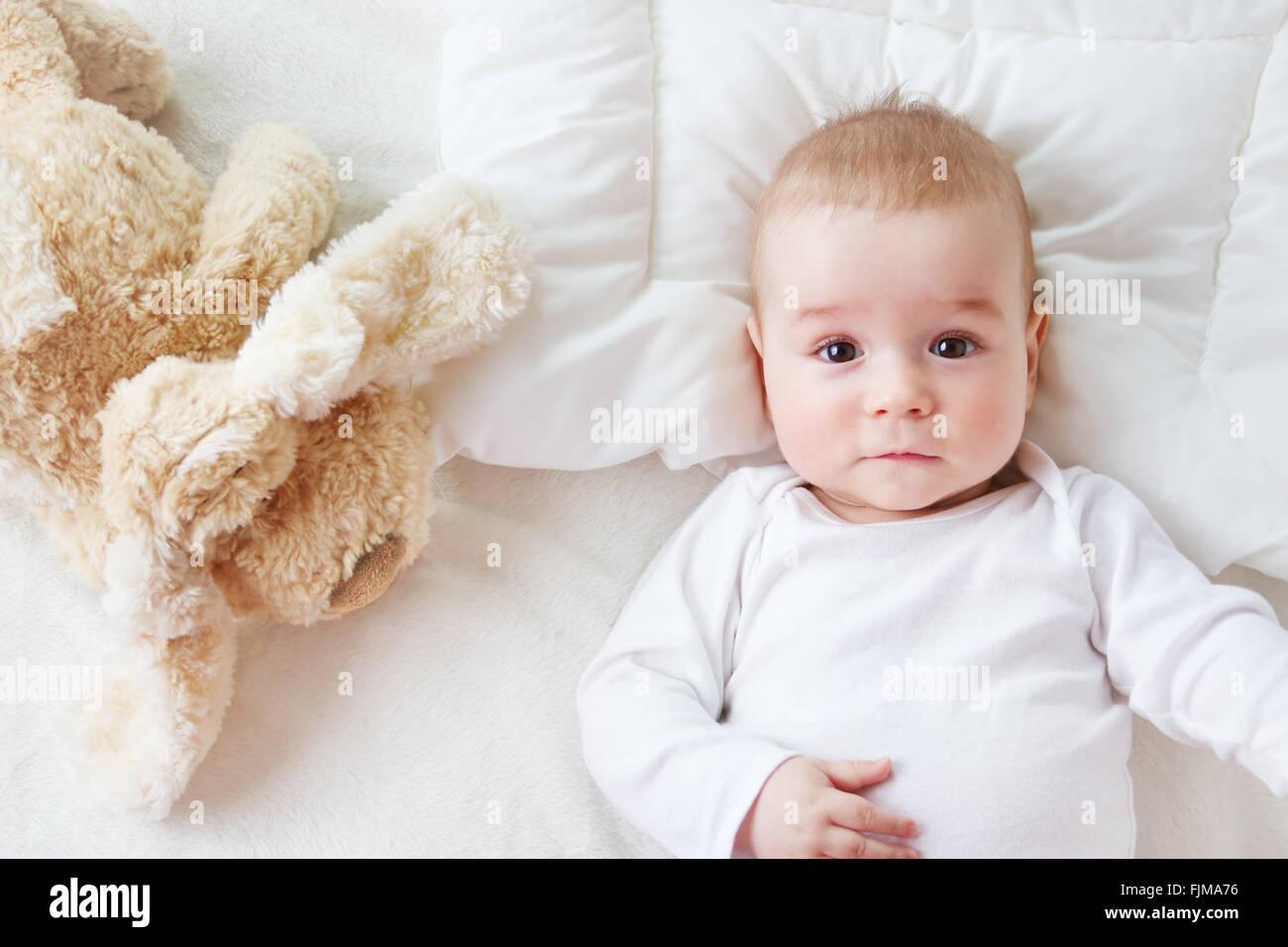 Sept mois dans le lit de bébé Photo Stock