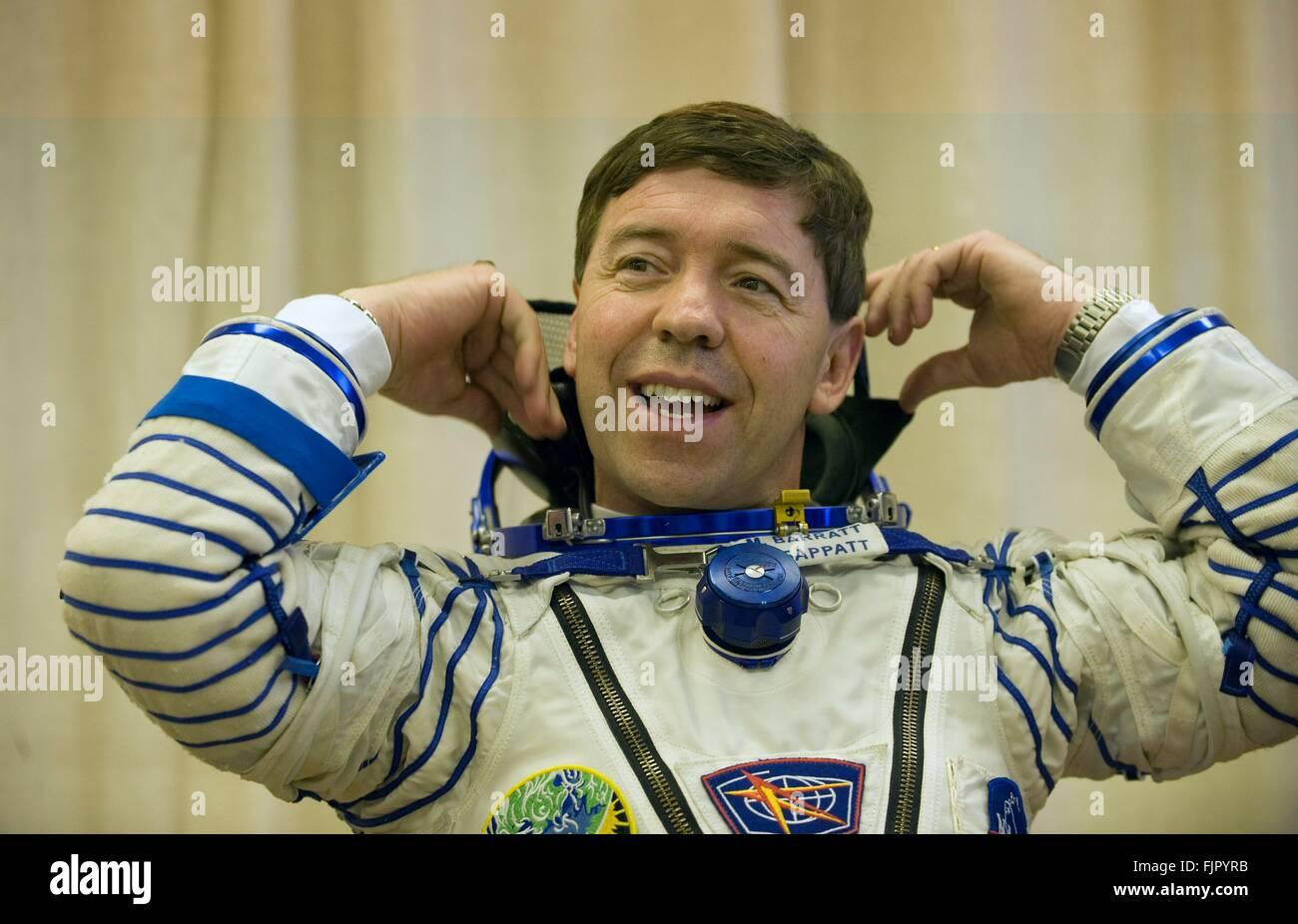 L'expédition 19 de la Station spatiale internationale L'astronaute de la NASA Michael Barratt attend que le contrôle Banque D'Images