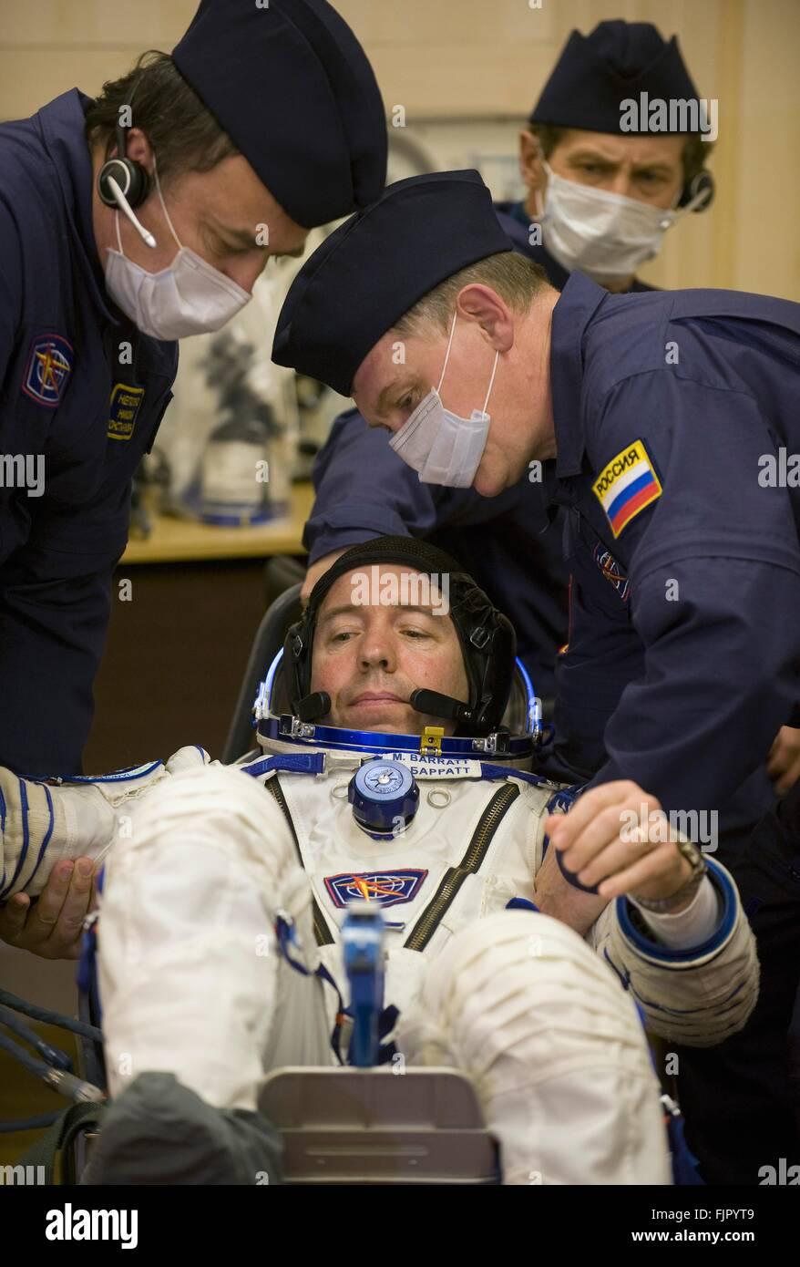 L'expédition 19 de la Station spatiale internationale L'astronaute de la NASA Michael Barratt lors des contrôles Banque D'Images
