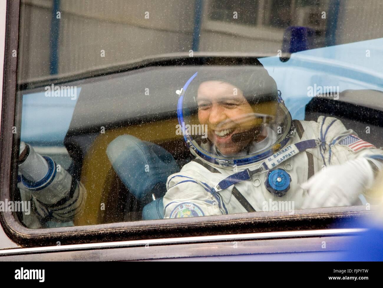 L'expédition 19 de la Station spatiale internationale L'astronaute Michael Barratt courbes à sa famille de l'autobus Banque D'Images