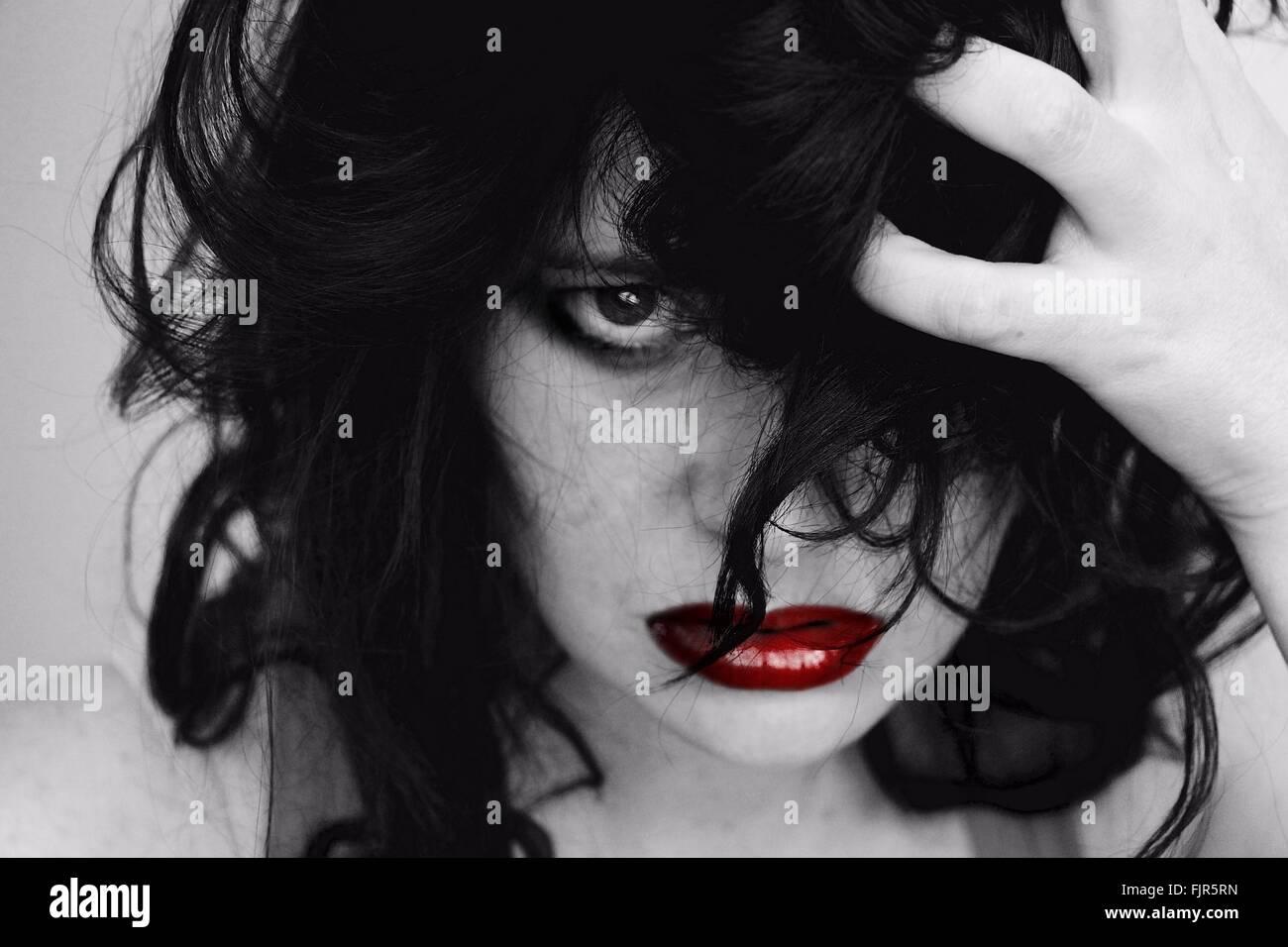 Portrait de femme frustrée avec la main dans les cheveux Photo Stock