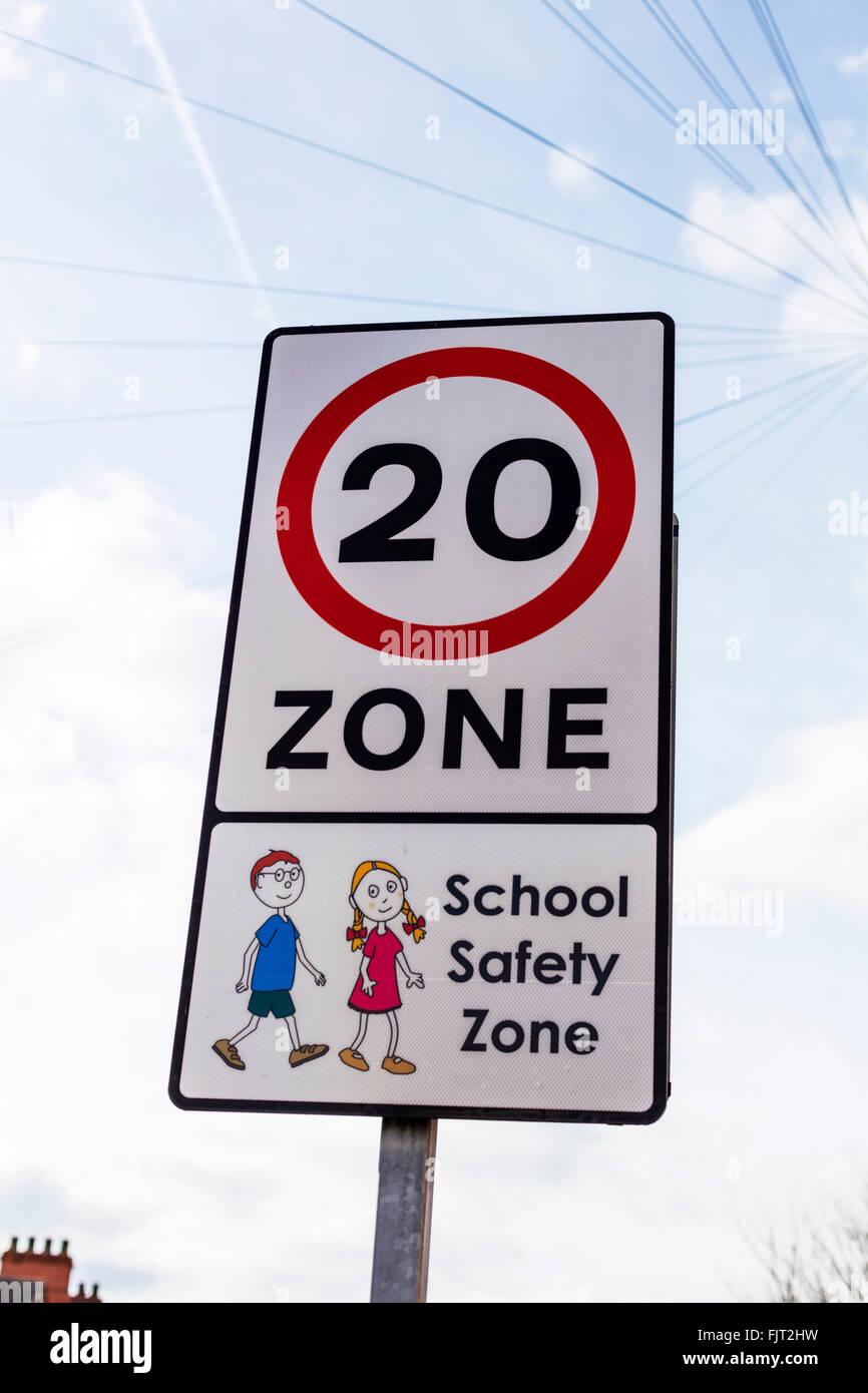 Sécurité à l'école zone 20 mph vitesse UK law ralentir pour enfants traversant Photo Stock