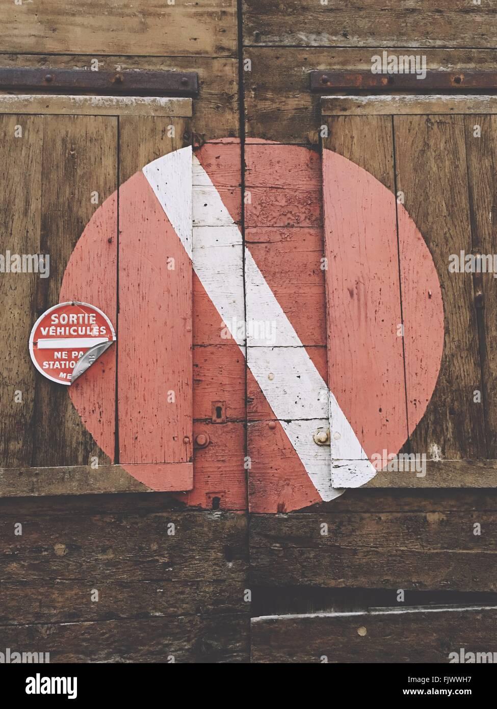 Low Angle View Of Symbole sur mur en bois Banque D'Images