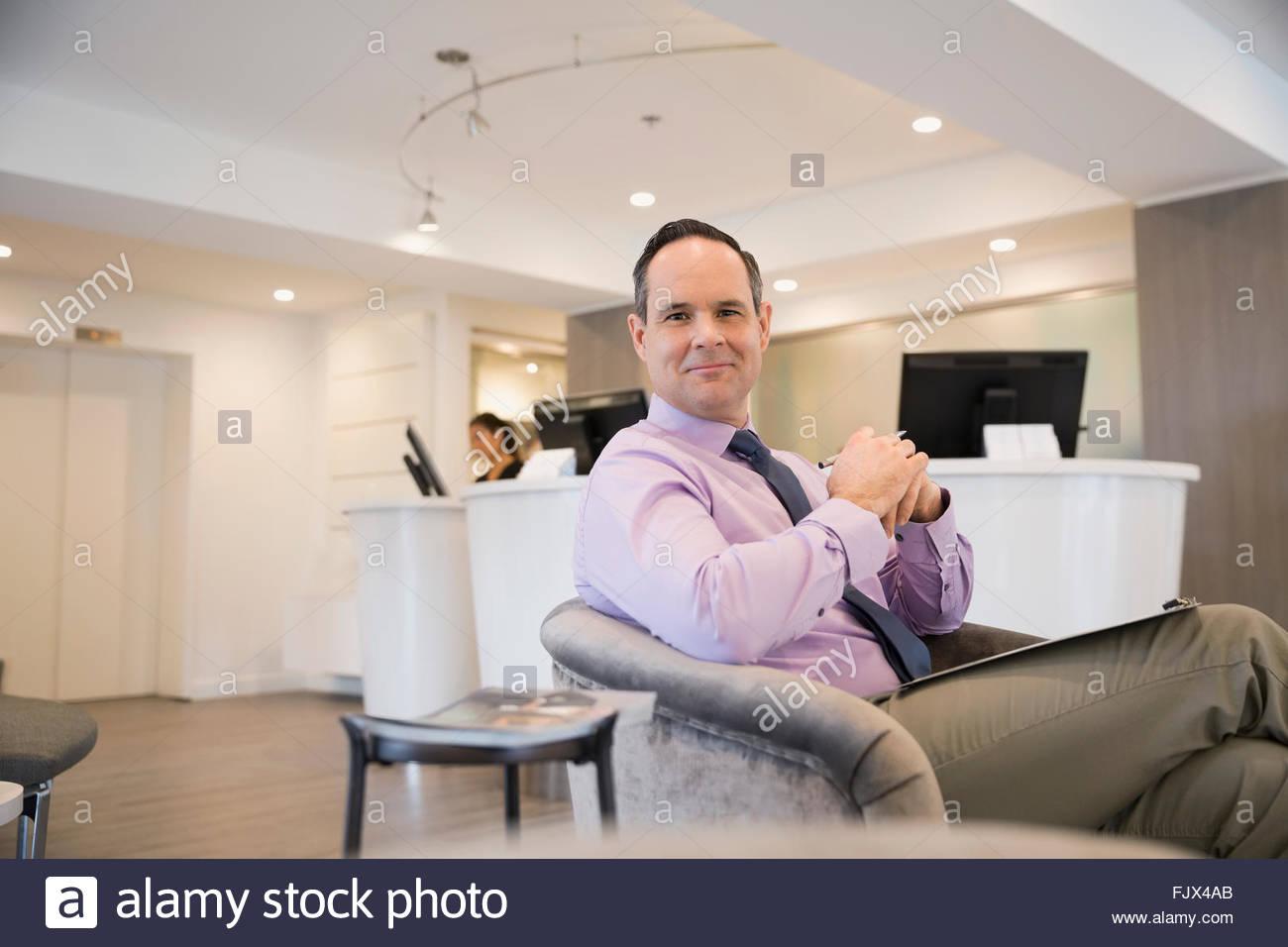 Portrait of smiling patient dans un centre d'attente Photo Stock
