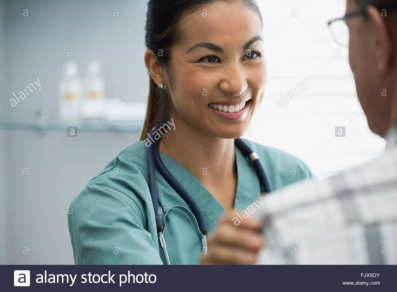 Smiling nurse patient réconfortant Photo Stock