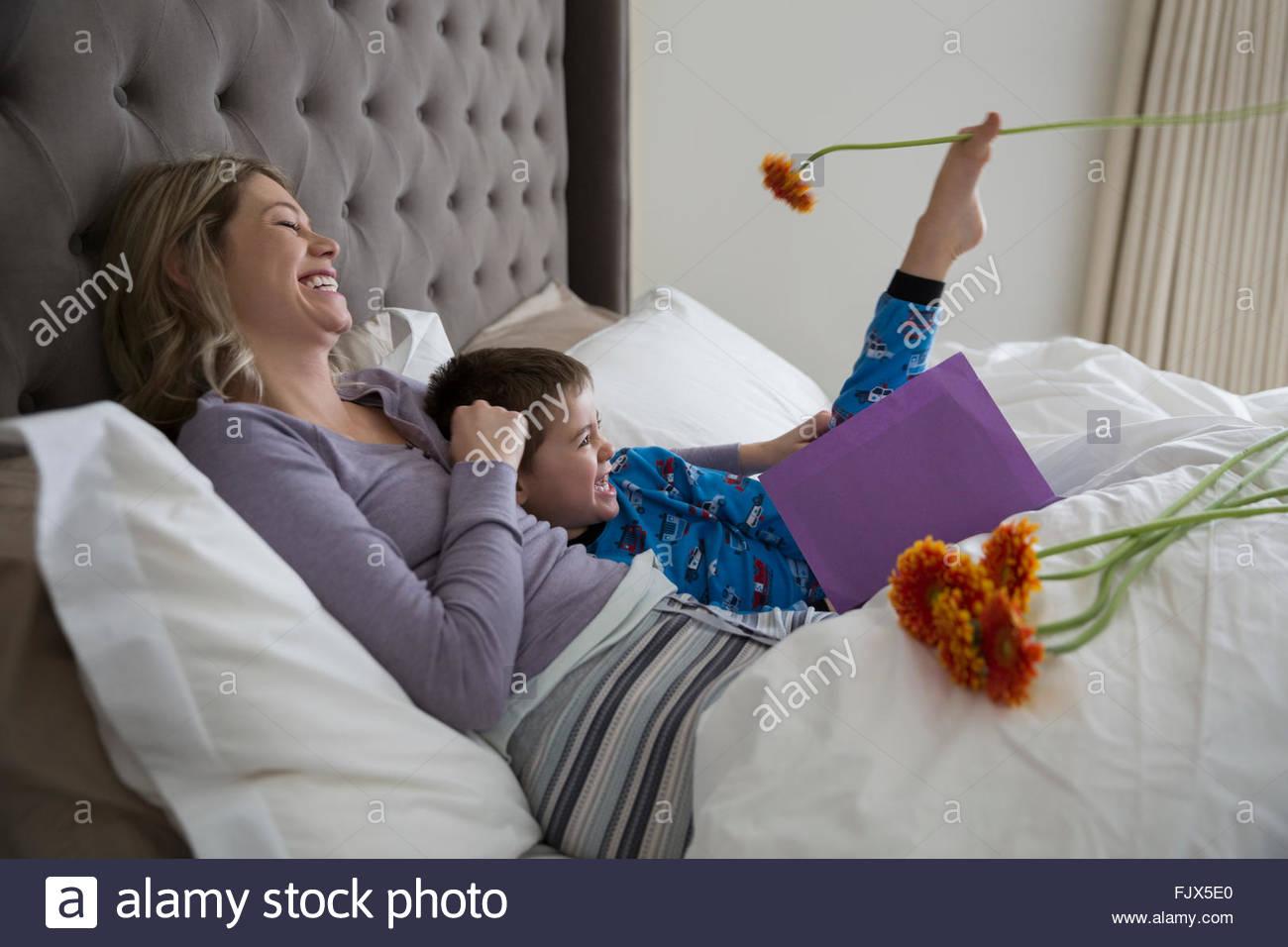 Fils de jour de mères ludique donnant carte double 30-34 Photo Stock