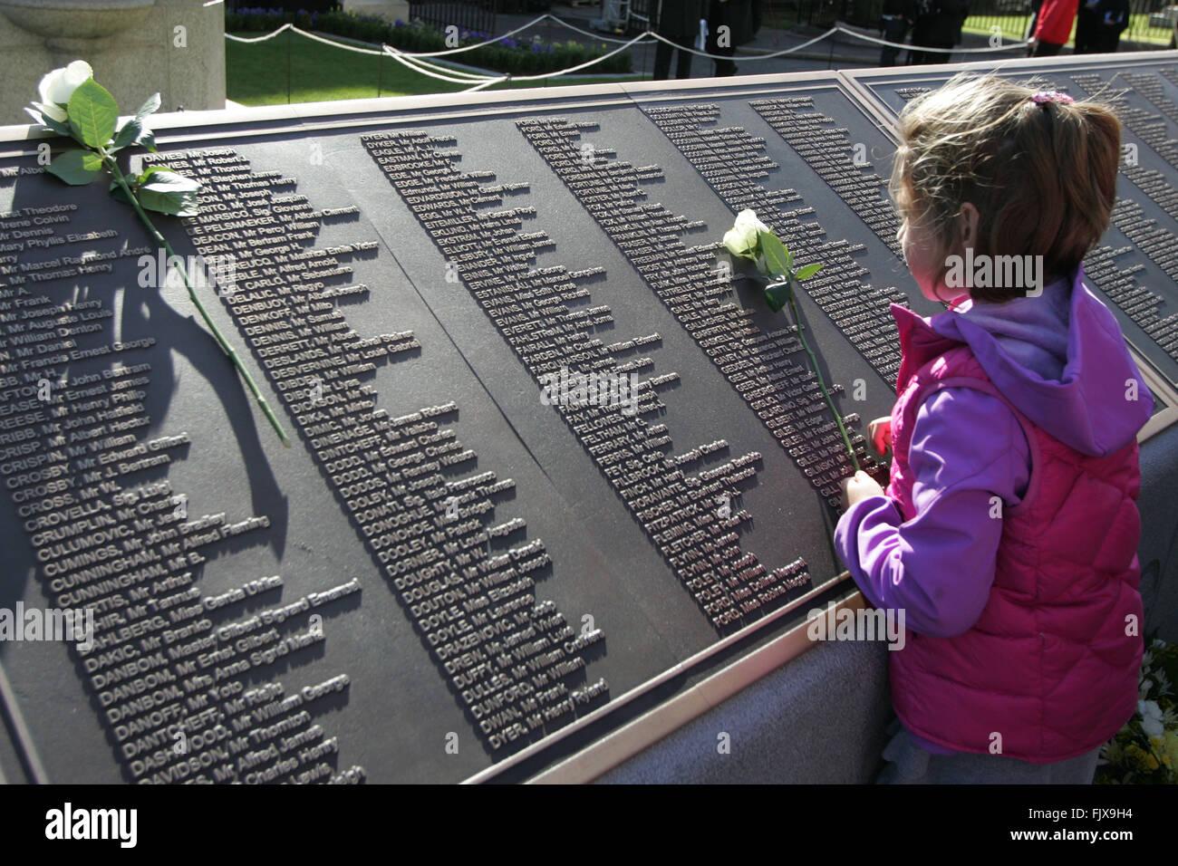15 avril 2019 : les 107 ans du naufrage - Page 2 Belfast-royaume-uni-15042012-les-roses-sont-poses-pour-les-noms-des-victimes-sur-le-centenaire-du-naufrage-du-titanic-et-ouverture-de-la-memorial-garden-a-belfast-city-hall-au-cours-de-la-commemoration-du-100e-anniversaire-et-memorial-le-devouement-de-la-catastrophe-du-titanic-a-belfast-en-irlande-du-nord-le-15-avril-2012-le-navire-a-heurte-un-iceberg-dans-latlantique-nord-sur-son-voyage-inaugural-le-14-avril-1912-avec-la-perte-denviron-1-500-vies-il-a-ete-construit-a-belfasts-naval-harland-and-wolff-photopaul-mcerlane-fjx9h4