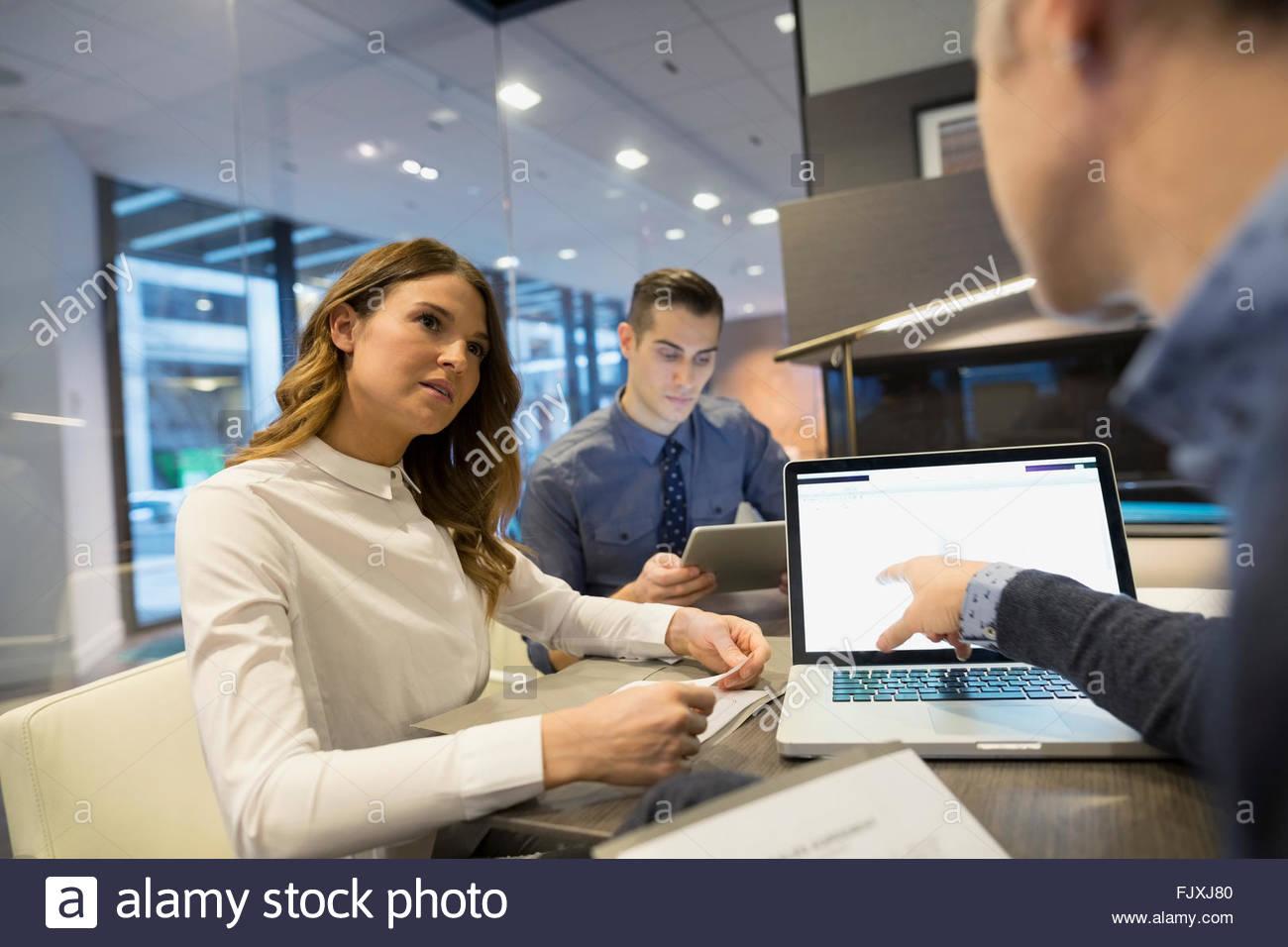 Les gens d'affaires à l'aide d'ordinateur portable bureau patron 25-29 Photo Stock