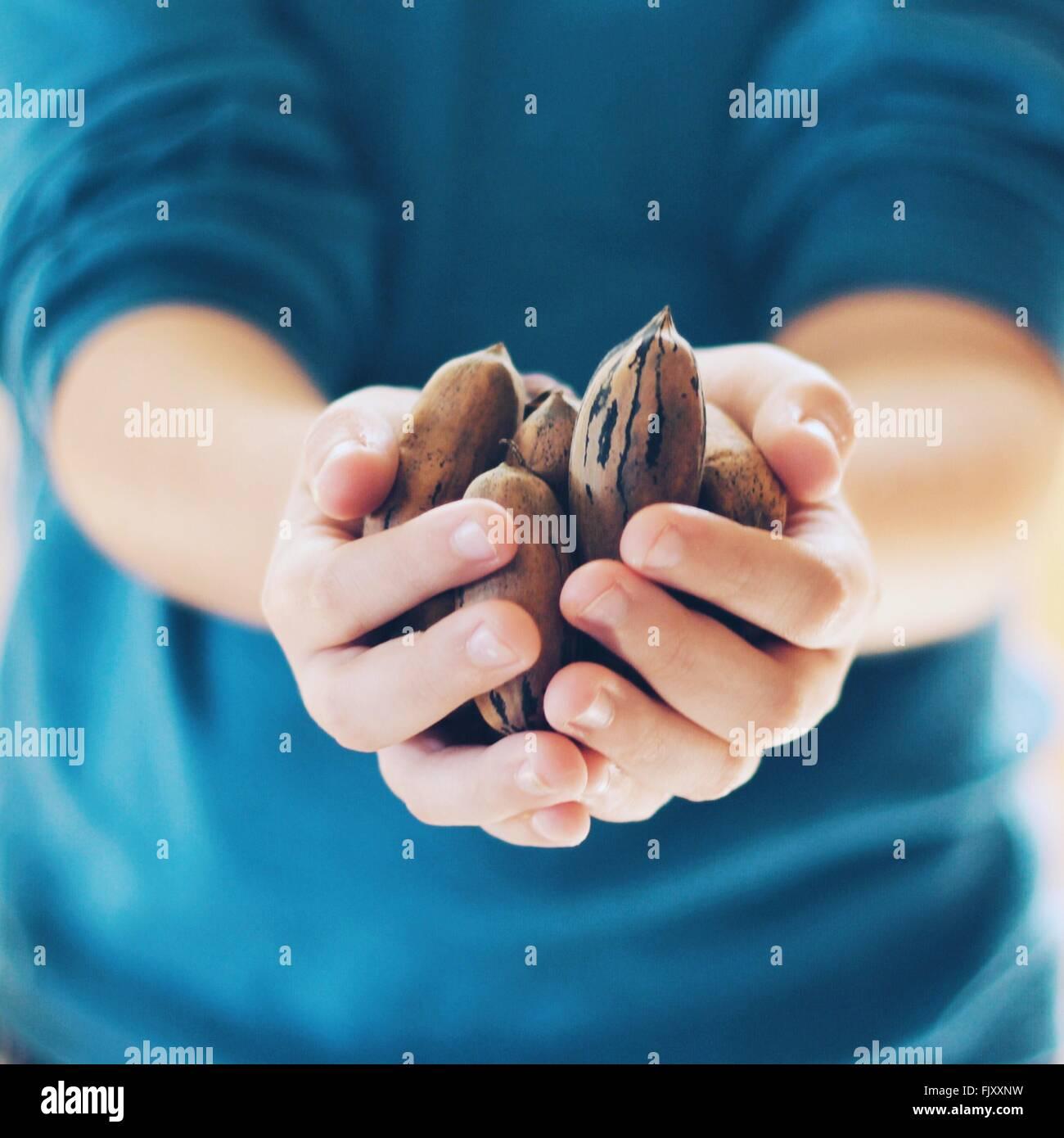 Portrait de personne qui porte des noix Photo Stock