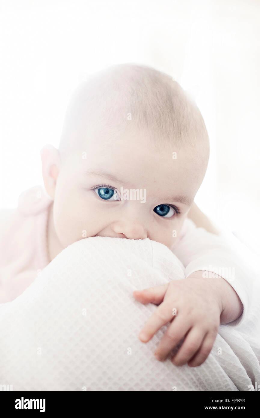 Magnifique petite fille dans les bras de sa mère Photo Stock
