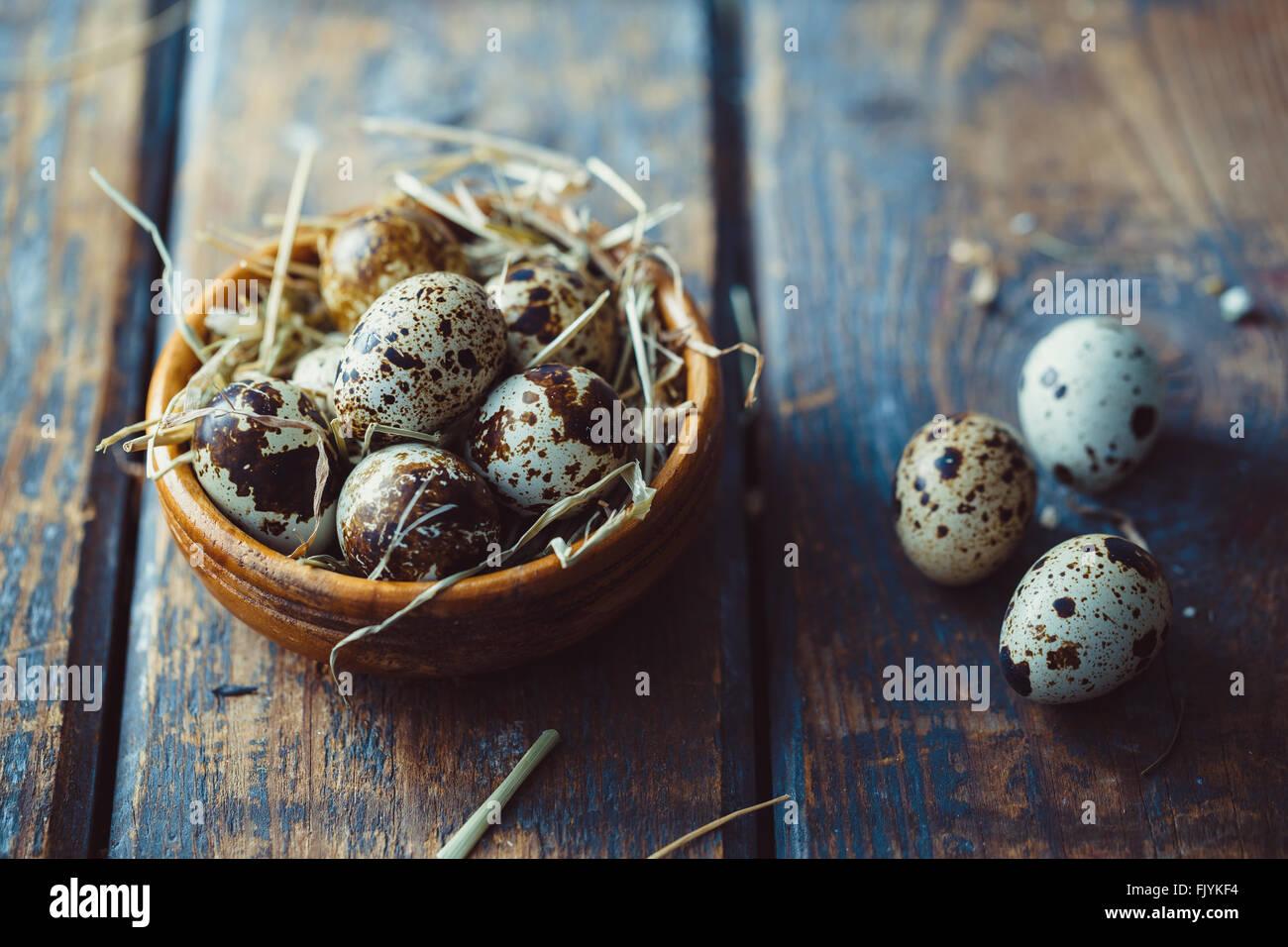 Oeufs de caille sur table en bois Photo Stock