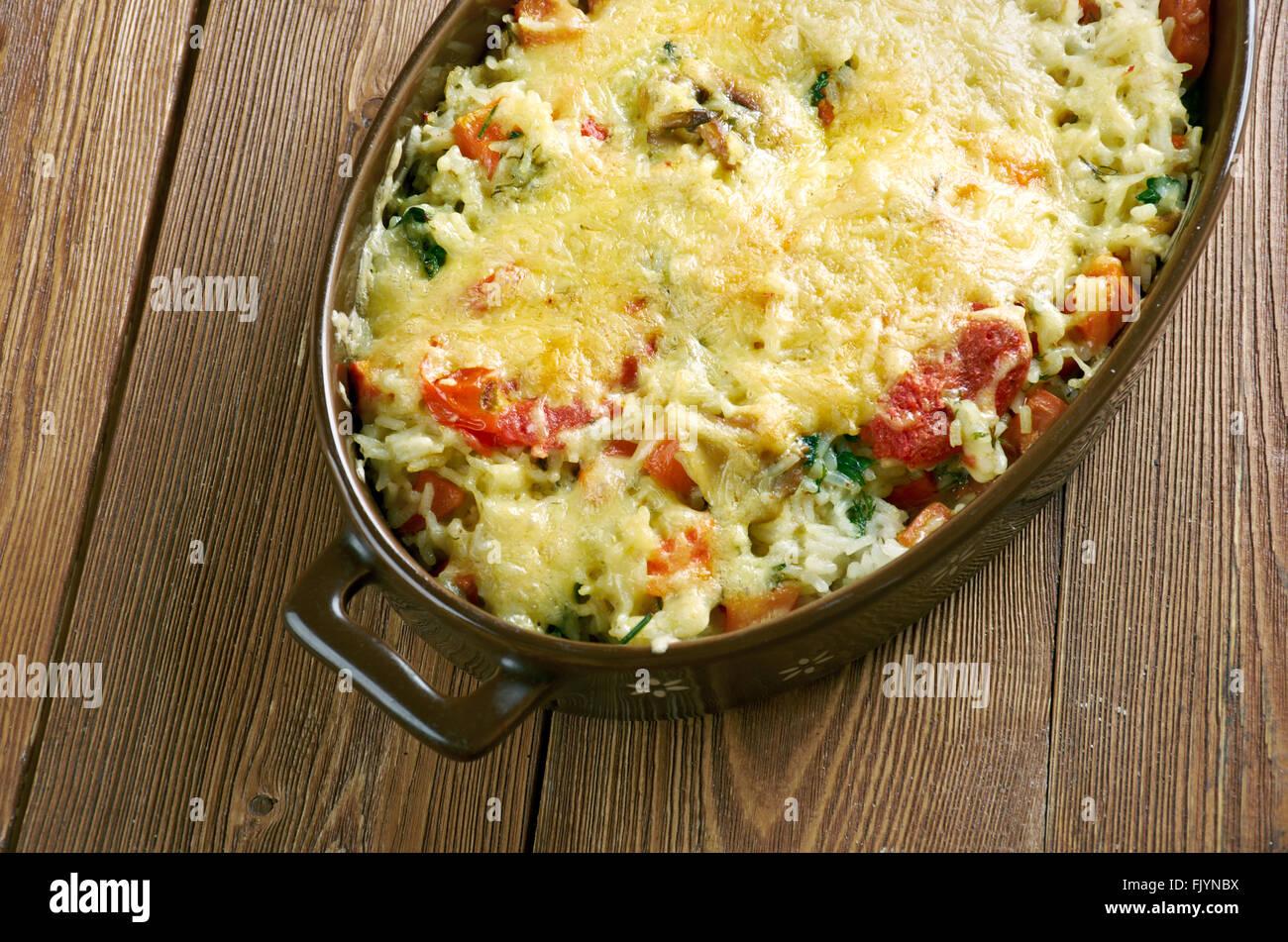 Riso gratinato alle verdure - casserole de riz, légumes, fromage et champignons .La Cuisine Italienne Photo Stock