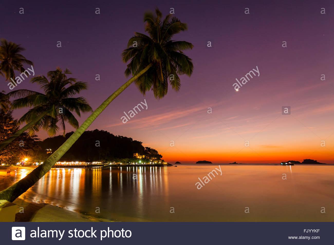 Soirée romantique sur une île tropicale avec l'éclairage de nuit. La Thaïlande. Photo Stock