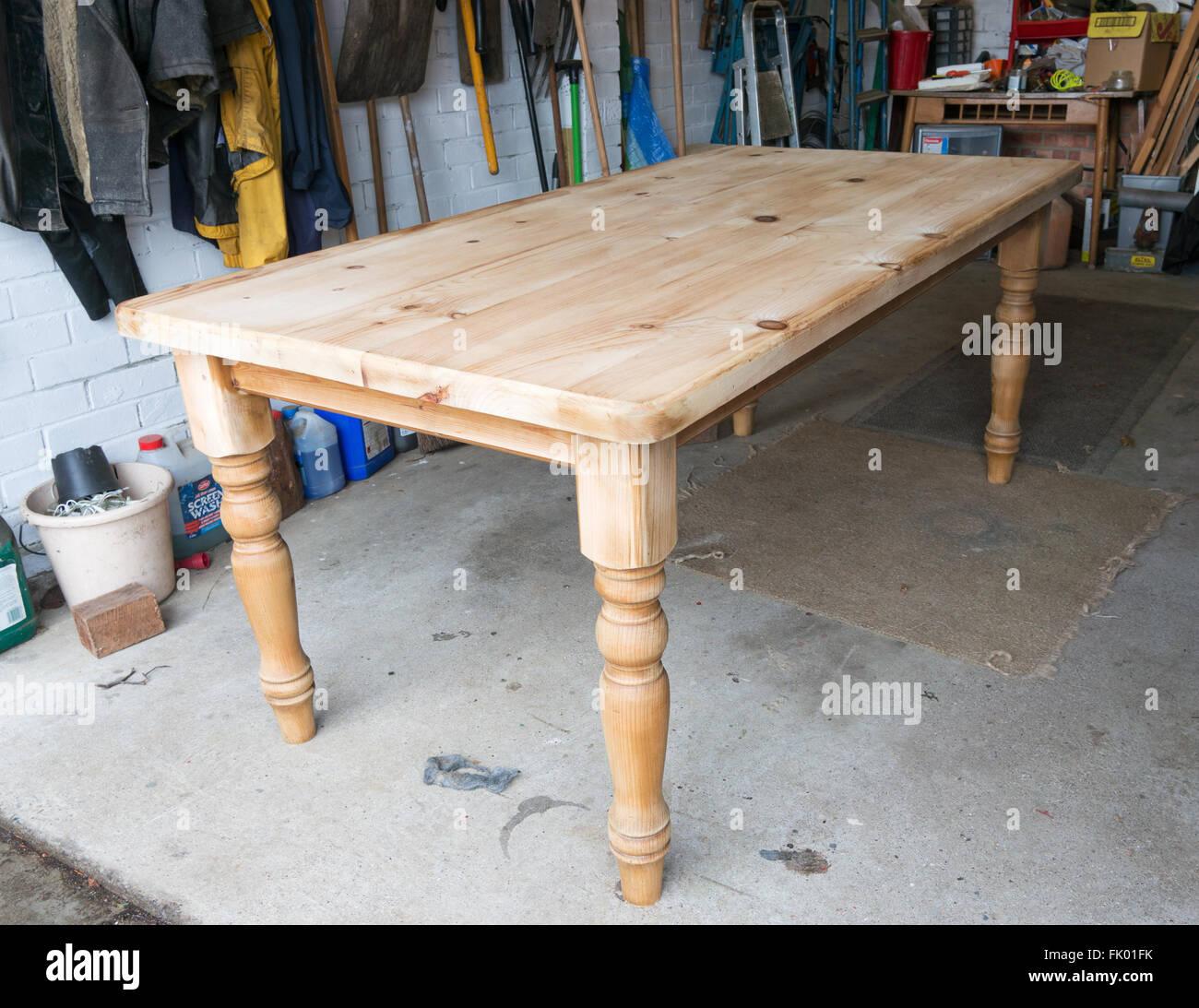 Une table de salle à manger pin poncées dans le processus de restauration Photo Stock