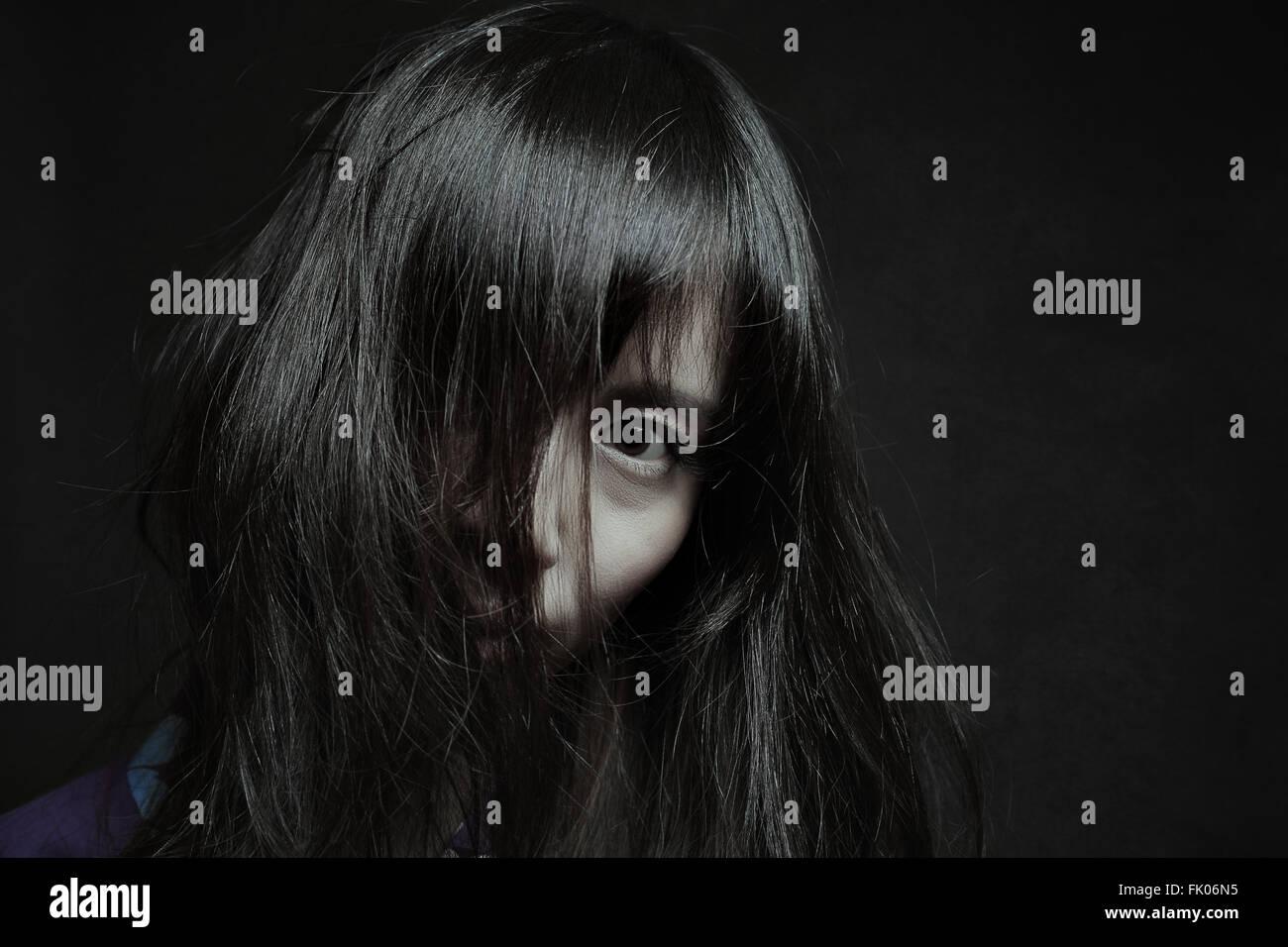 Portrait sombre d'une femme japonaise pâle. Horreur et Halloween Photo Stock