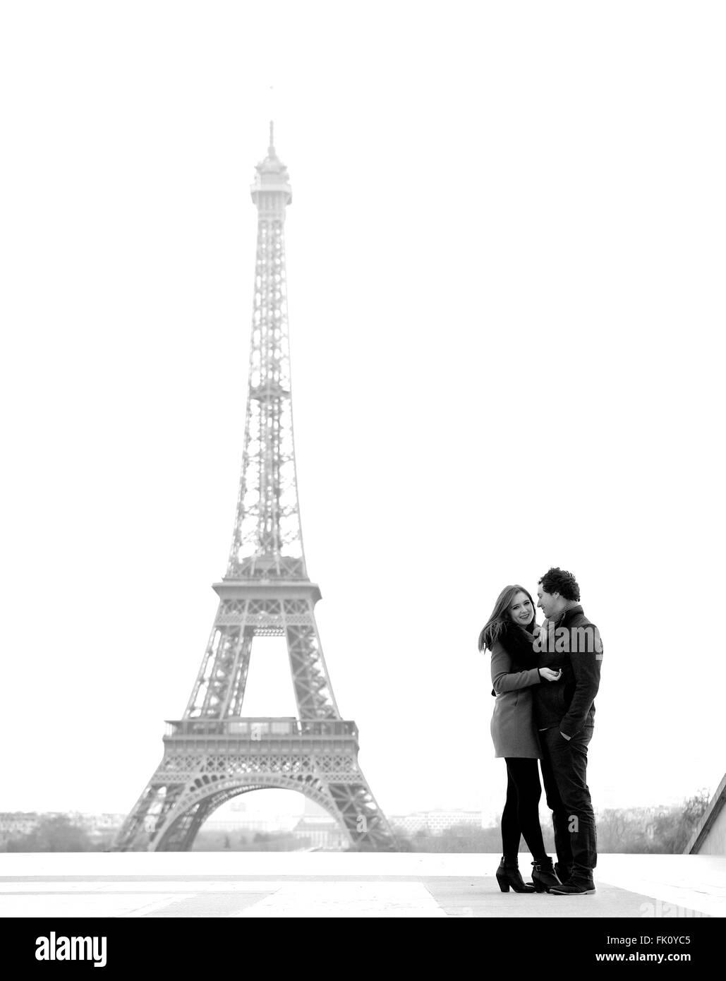 Les jeunes et dans l'amour brunette couple in front of Eiffel tower, Paris, au Trocadéro sur la ville pendant la Banque D'Images