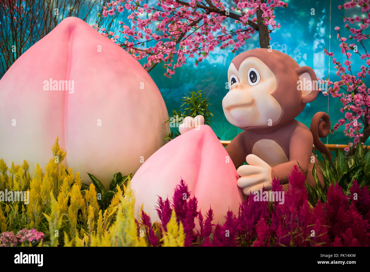 Singapour, 11 févr. 2016: Cute monkey mascot holding peach longévité dans les décorations Photo Stock