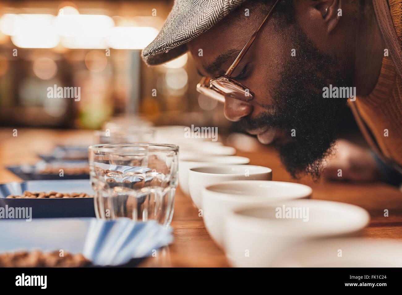 L'homme de l'Afrique de profiter de l'arôme de café frais à la dégustation Photo Stock