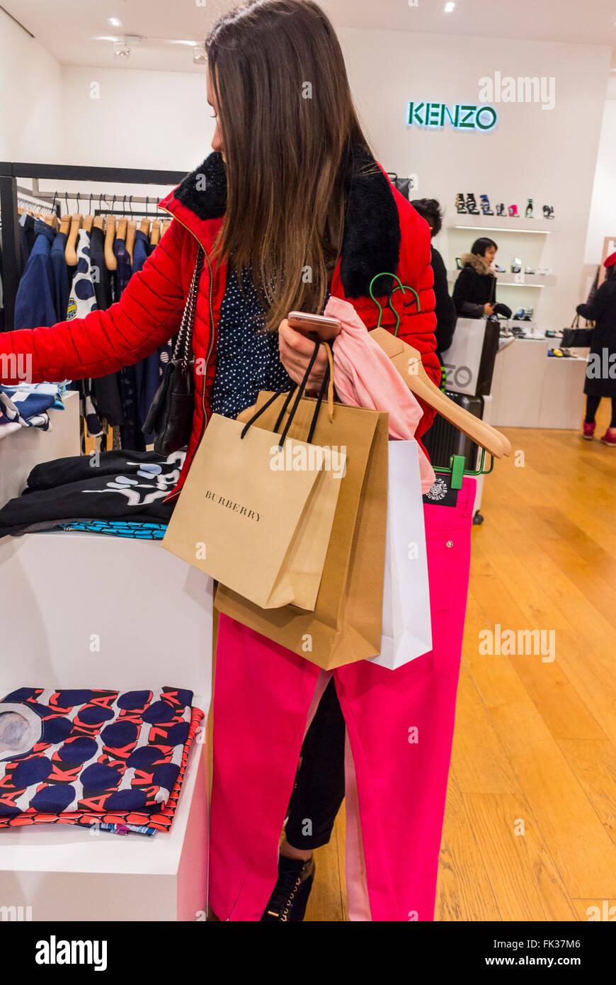 paris, france, centre commercial de touristes chinois, des vêtements