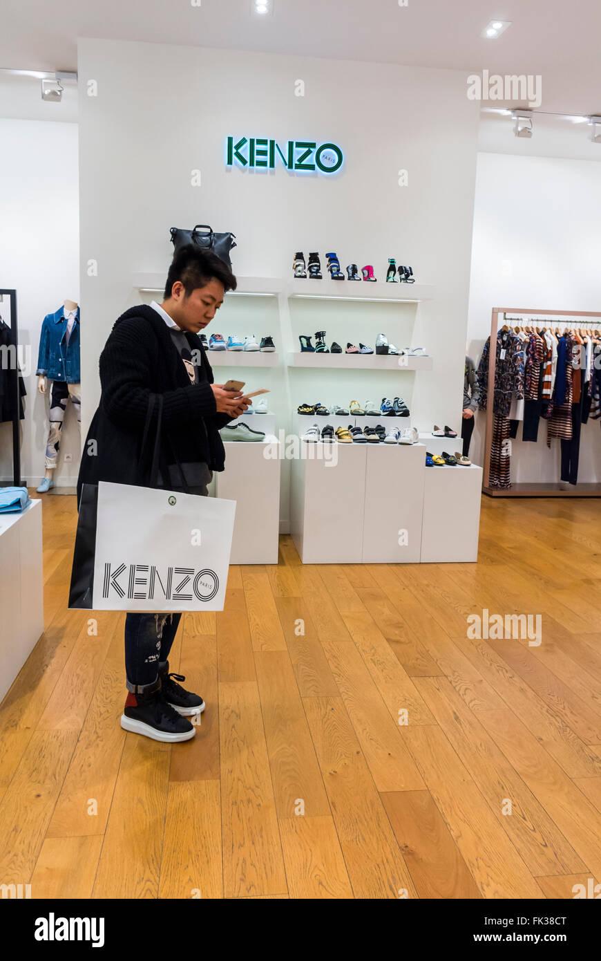 paris, france, l'homme chinois de vêtements de créateurs boutiques