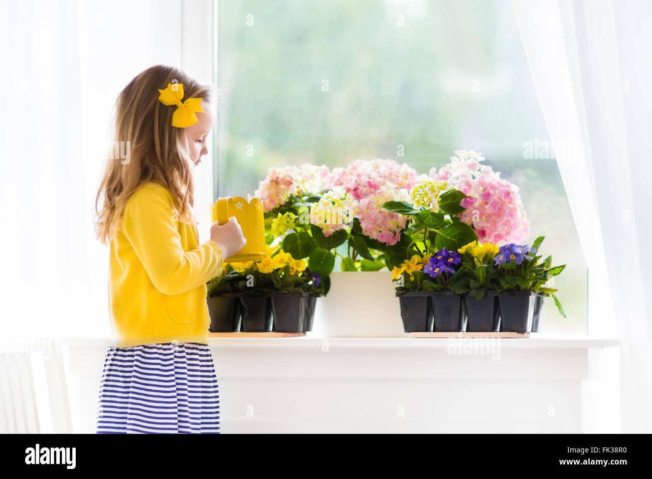 Cute Girl Premier Arrosage De Fleurs De Printemps Interieur Et