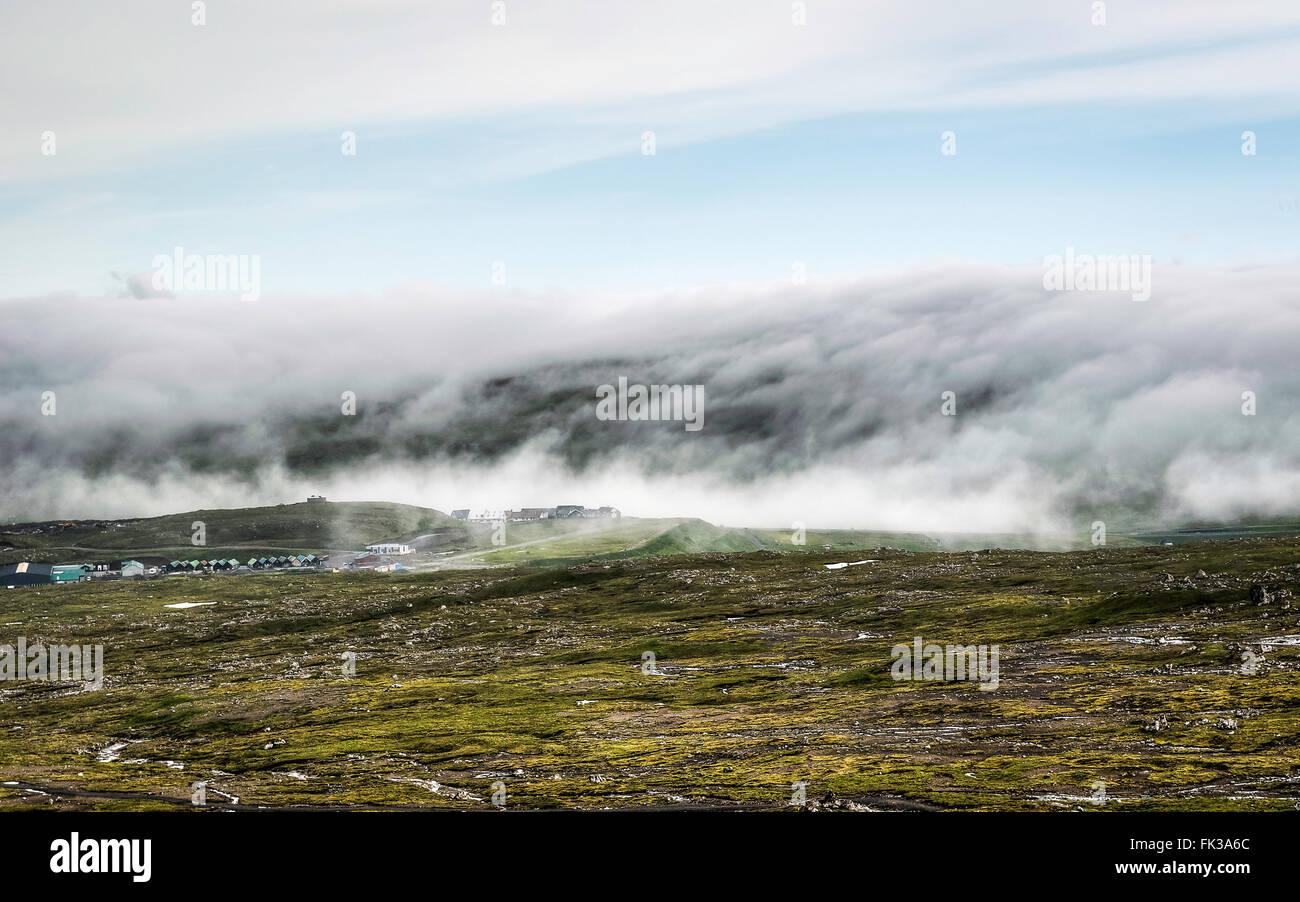 Le brouillard se trouvant sur les montagnes. Îles Féroé, Danemark, Europe. Photo Stock