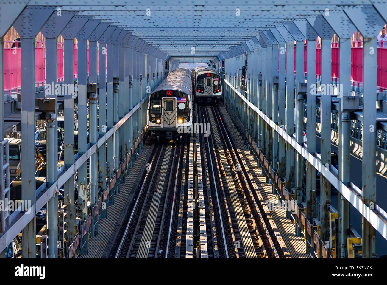 Les wagons de métro traversant le pont entre Williamsburg Brooklyn et Manhattan à New York City Photo Stock