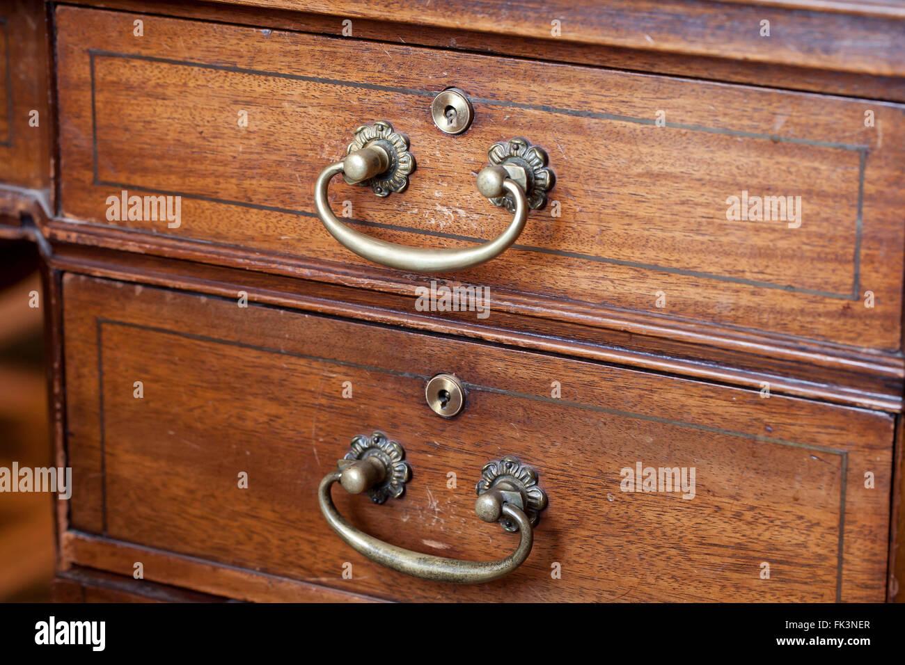 Poignées de tiroir Vintage sur un bureau en bois - France Photo Stock