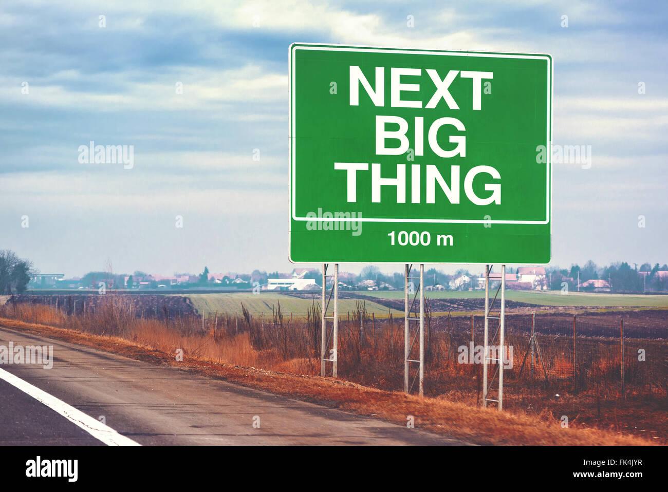 Prochaine grande chose avant droit de motivation conceptuelle avec signe de route par l'autoroute, l'image Photo Stock
