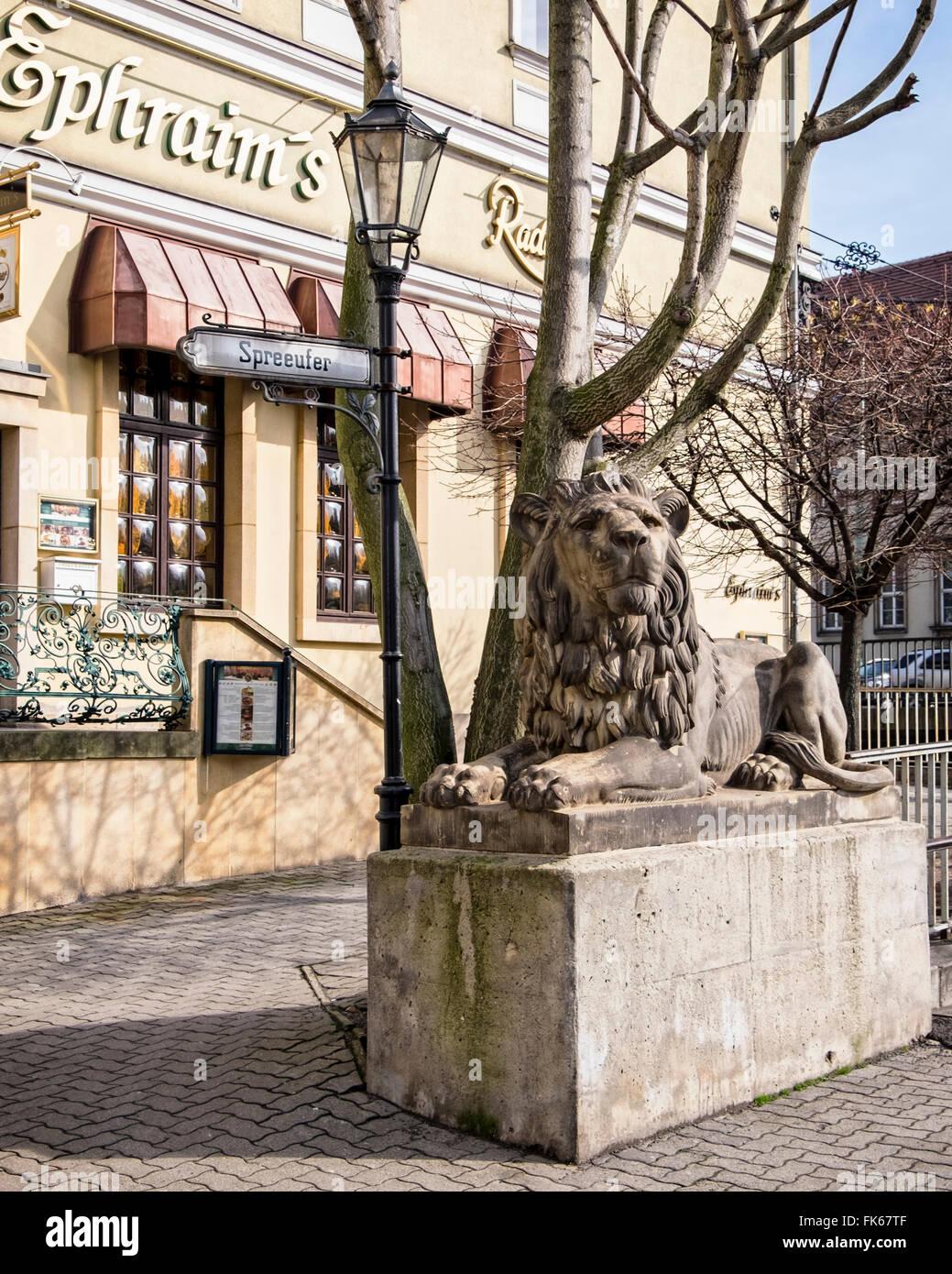 Bar Exterieur En Pierre Éphraïm's riverside restaurant et bar extérieur et de lion