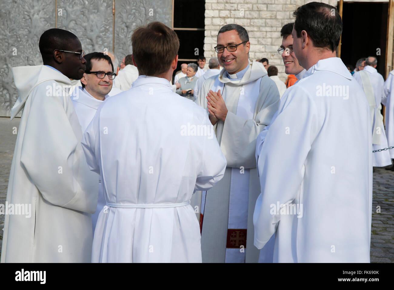 Les prêtres catholiques à l'extérieur de la cathédrale Sainte Geneviève, Nanterre, Hauts-de-Seine, France, Europe Banque D'Images