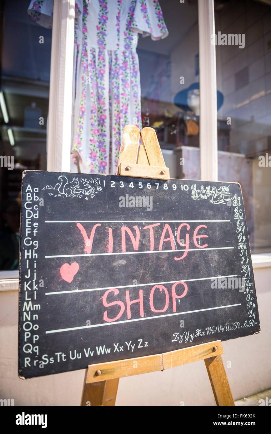 Magasin de vêtements vintage à Broadway Market, Hackney, Londres, Angleterre, Royaume-Uni, Europe Photo Stock