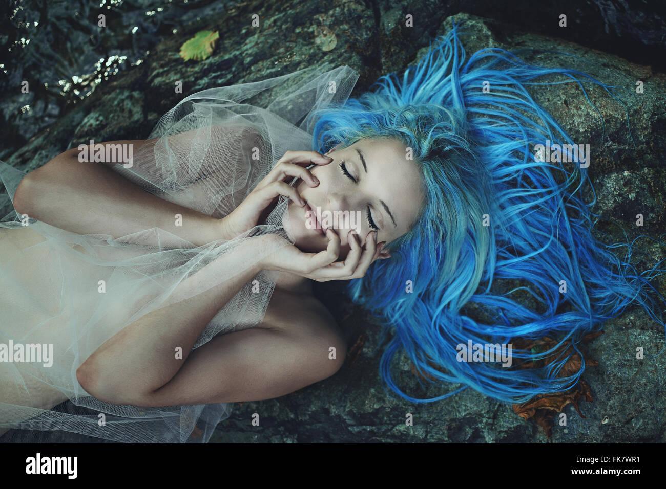 Belle sirène dormant sur roches . Mythe et fantaisie Photo Stock