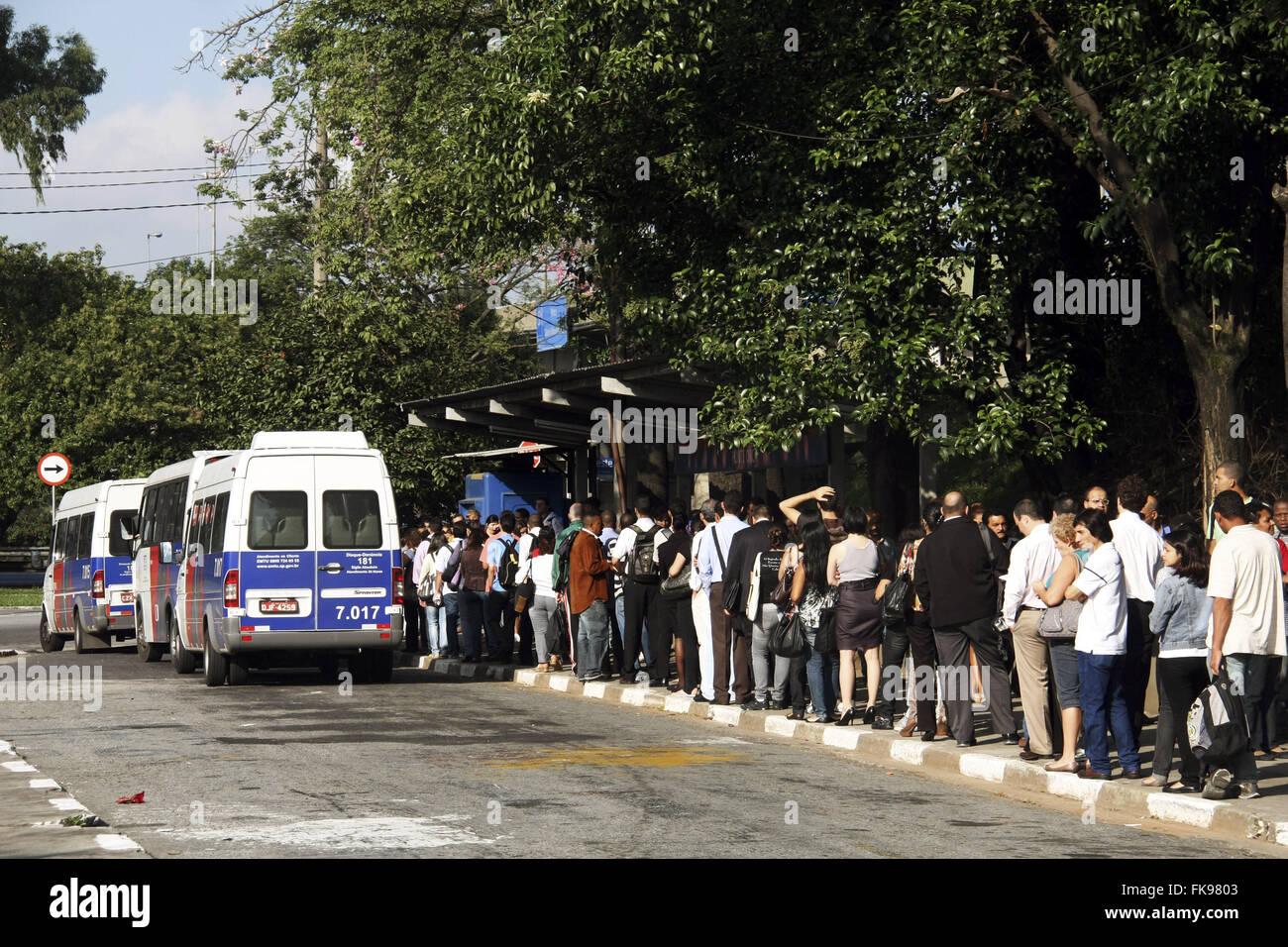 Les passagers de la file d'attente à l'arrêt de bus Pont Orca Photo Stock