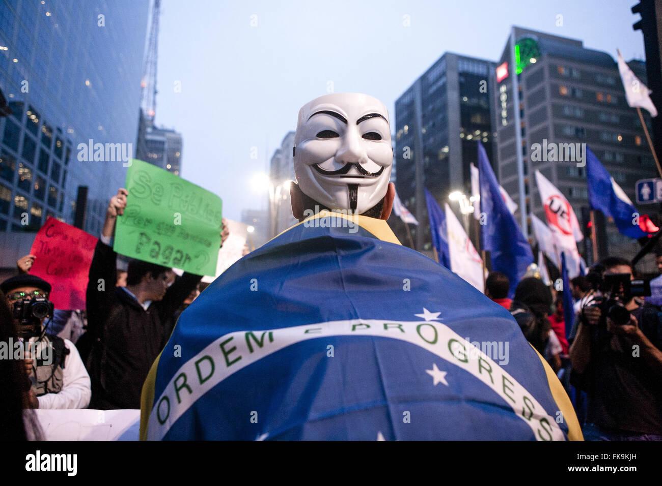 Une manifestation avec masques et anonyme drapeau du Brésil au cours de l'épidémie Photo Stock
