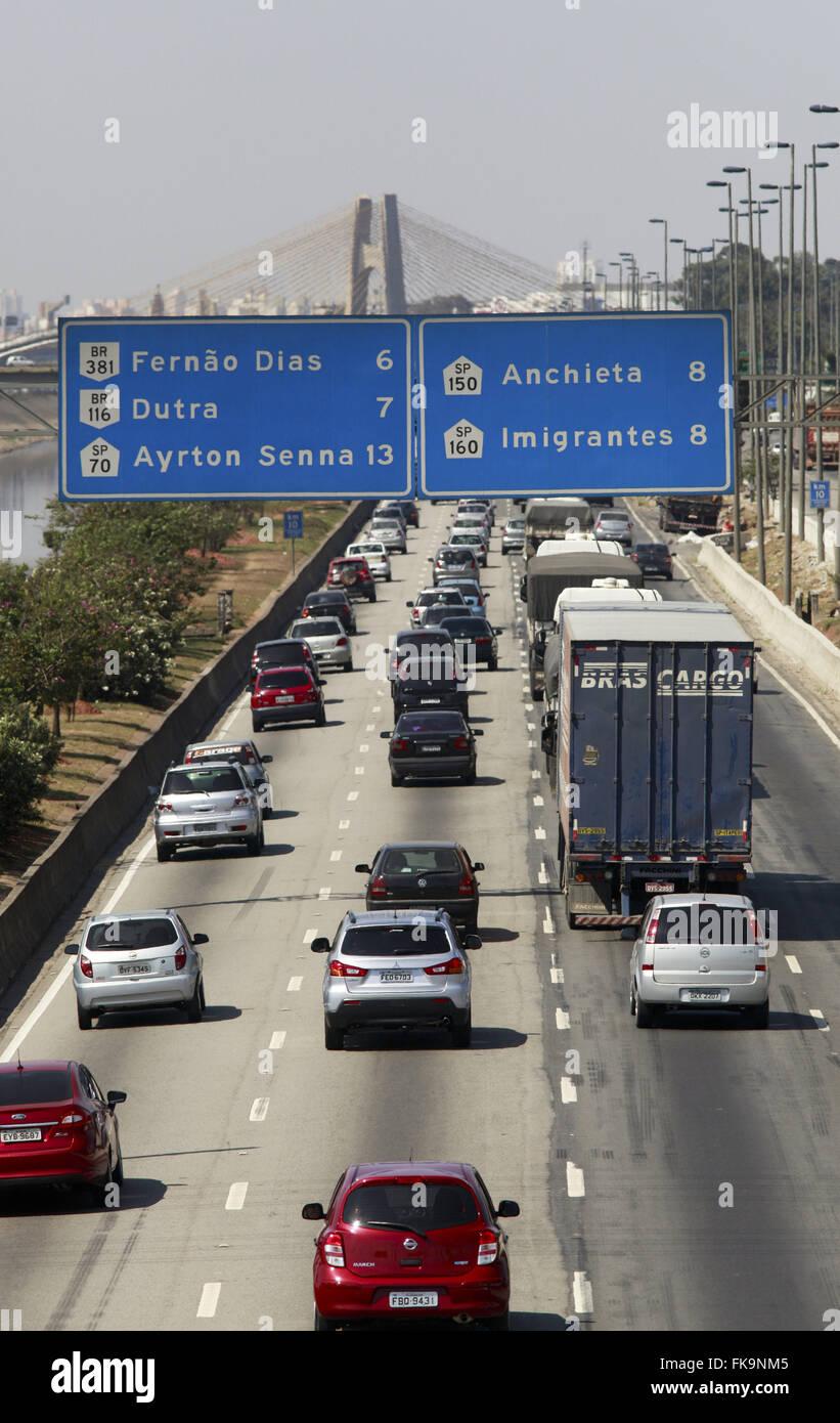 La circulation des véhicules sur Via Dutra sens Marginal Tietê Photo Stock