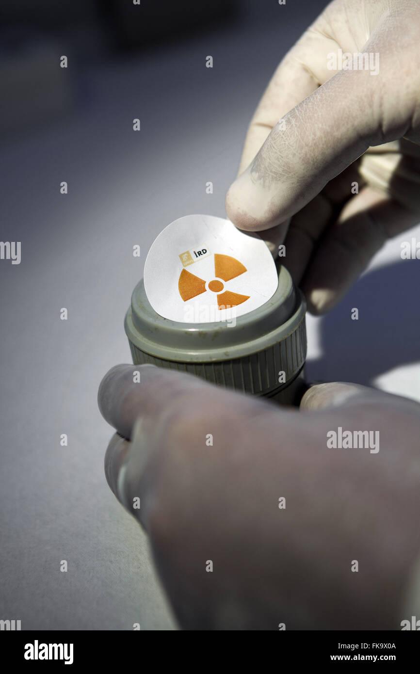 Échantillon de matière radioactive dans le laboratoire de l'Institut de Radioprotection et Dosimétrie Photo Stock