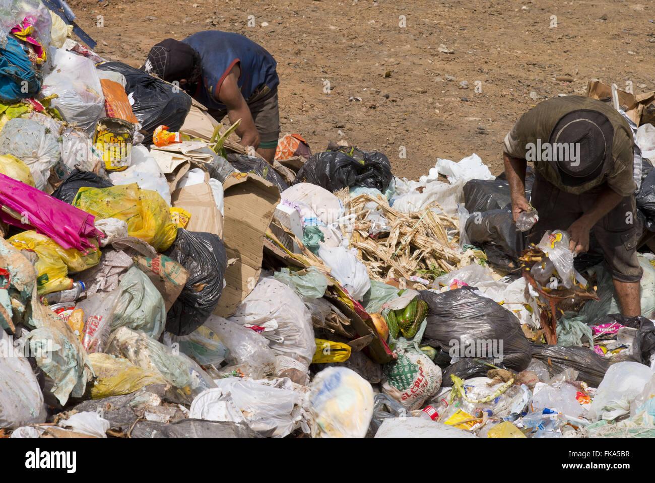 Ramasseurs de déchets dans des décharges à ciel ouvert à la périphérie de la Sierra Photo Stock