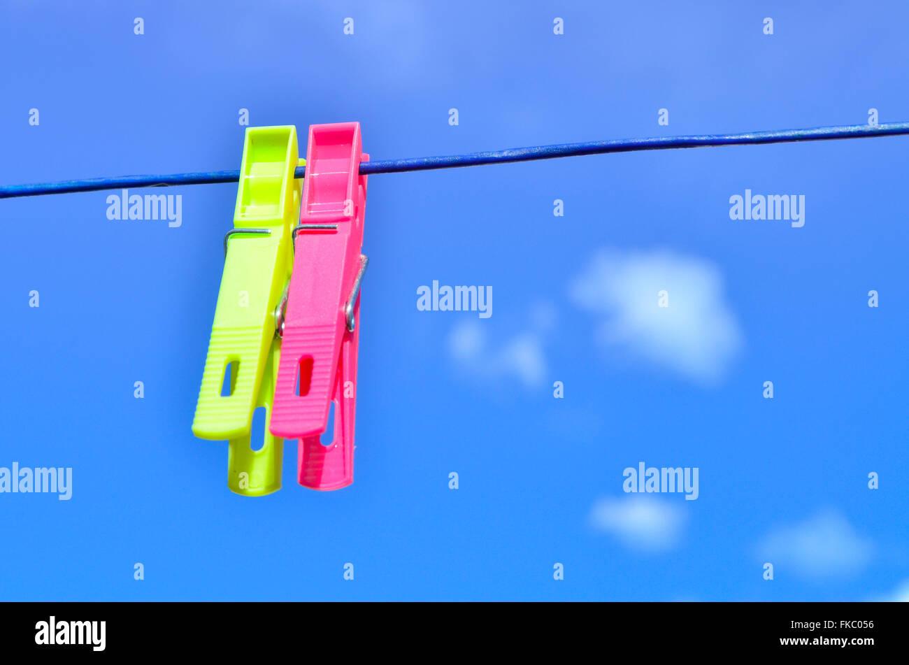 Des pinces en plastique sur la ligne de lavage. Photo Stock